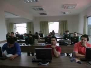 Laboratório de informática com 20 computadores